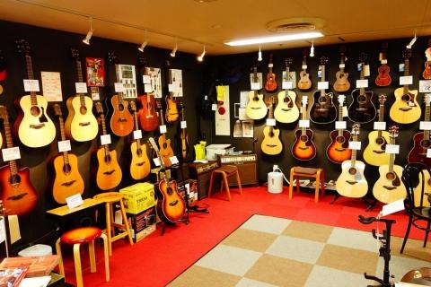 アコースティックギターは常時70本近く在庫・展示。隠れ商品もあります、、!!